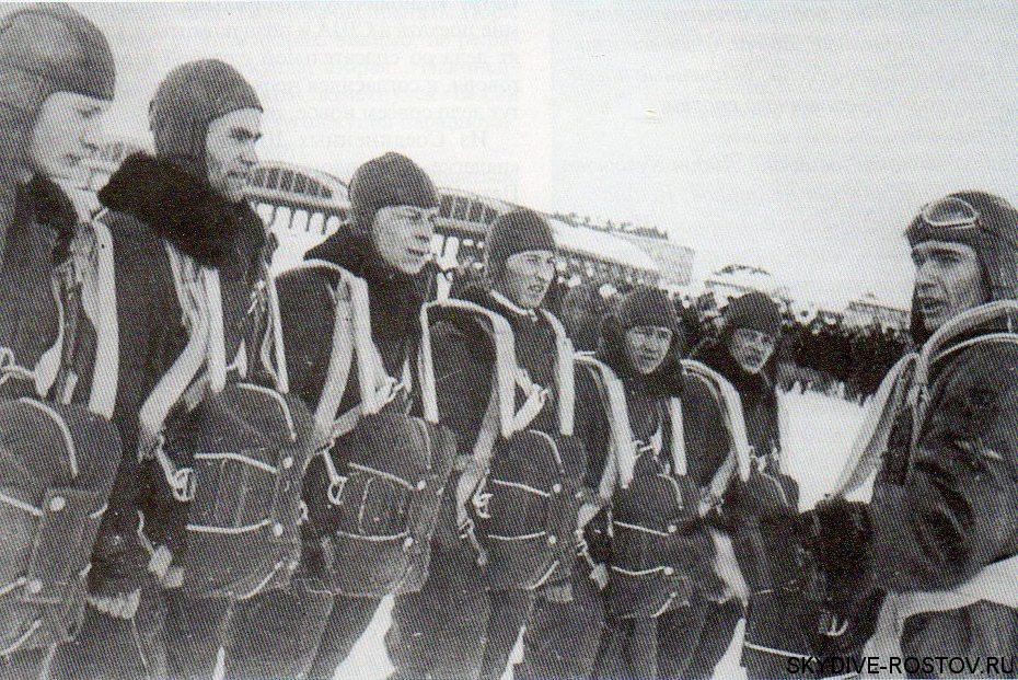 Советские парашютисты перед прыжком.